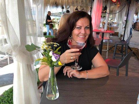 """BER FOLK TENKE SEG OM: Lisbeth Solheim, som driver reisebyrå, bor vanligvis flere måneder av året i leiligheten i Bulgaria, men har siden februar holdt seg hjemme da hun er i risikogruppen for koronasmitte. Hun mener imidlertid folk bør få lov til å reise til land som nå er """"grønne"""" uten å måtte bli hetset på sosiale medier."""