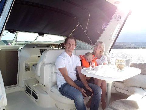 Lars Stensby (34), Anneli Haug Harstad (32) og sønnen Robin (5) koser seg ombord i båten.