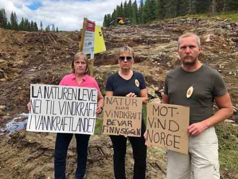 KLARE: Klar tale fra Bente Rudberg i La naturen leve (t..v.), Marit Dahl og Eivind Salen, begge Motvind Norge, foran et område der utbyggerne nå har tatt ut masse for å bygge anleggsvei. FOTO: SIGMUND FOSSEN