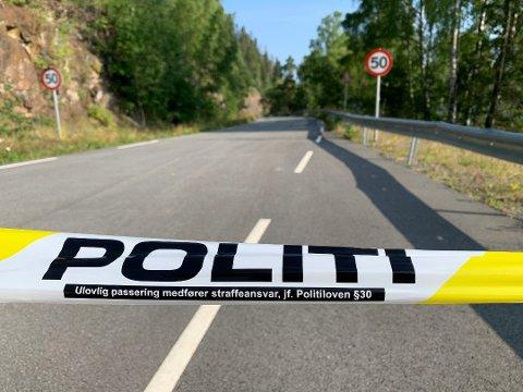STENGT: Gamleveien forbi Falkentunnelen er stengt i forbindelse med politiets aksjon onsdag morgen. Foto: Brynjar Eidstuen