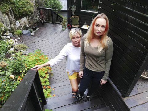 Elisabeth og Tina Engeseth ble sjokkerte da de oppdaget behandlingen hunden fikk i bilen ved siden av.