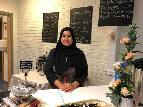 SIN EGEN SJEF: 25 år gamle Hanadi Hassan er daglig leder og eneste ansatt i Sabbara kafé på Vennersberg. Den ferske kaféinnehaveren åpnet dørene ved siden av Joker lørdag.