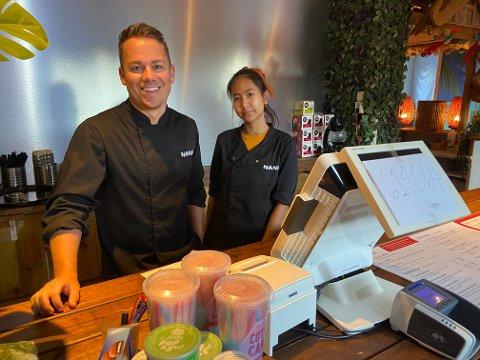 DET SMALT: Daglig leder Jonas Søby og Victoria Siraprapha på Nana restaurant fikk en travel dag på jobb da lynet slo ned i gaten to ganger. Men de har tatt det hele med godt humør.