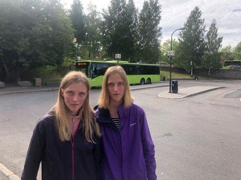 ØNSKER KONTROLL: Hedda Cecilie og Susanne Maria Gjærum etterlyser billettkontroller på bussene i rushtiden.