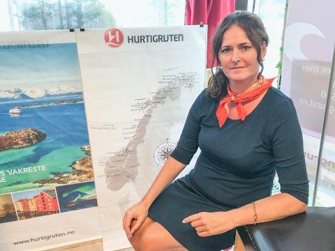 HOLDER SEG OPPDATERT: Siw Solberg ved Reiser og Opplevelser følger nøye med og gir informasjon til kundene som har bestilt tur med Hurtigruten.