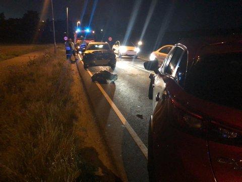 FRONTKOLLISJON: To biler har frontkollidert på riksvei 24 ved Sand.