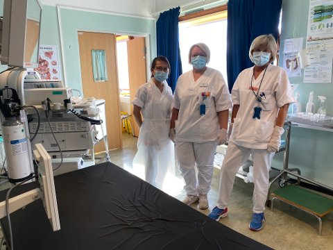 SMITTEVERN: Har du vært i Sverige de siste ti dagene og kommer til sykehuset som pasient, blir du møtt av sykehusansatte med personlig beskyttelsesutstyr. Selv må du bruke munnbind slik som sykepleier Kristine Tran, spesialsykepleier Harriet Nordli og sykepleier Jeanette Malnes gjør her.