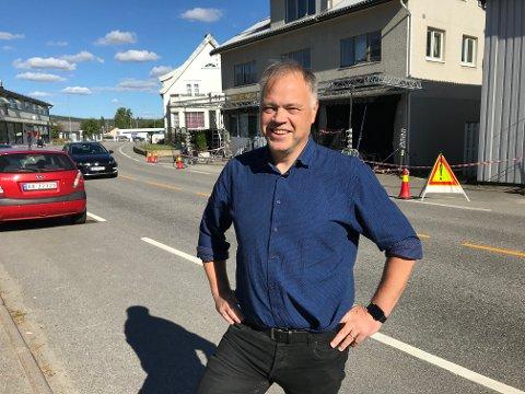 SNART BERØMT: – Atmosfæren og den særegne gata, og nærheten til Oslo og Gardermoen, er kanskje grunnen til at dette ble valgt som innspillingssted, tror ordfører Knut Hvithammer.