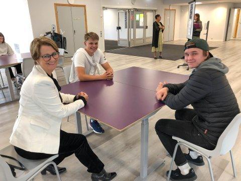 PRESIDENTMØTE: Stortingspresident Tone Wilhelmsen Trøen diskuterte med blant andre Joakim Torstensen Tøftum og Ole Jacob Toterud (t.h.) under besøket ved Skarnes videregående skole.