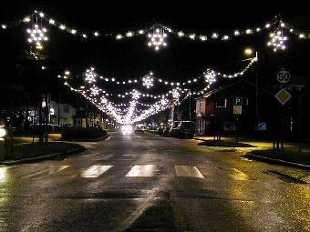 JULEGATE: Handelsstanden på Flisa vil pynte med enda mer julelys til jule. Men samtidig vil de handle julelys fra et firma en av medlemmene i handelsstandens arbeidsgruppe selv er medeier og styreleder i.