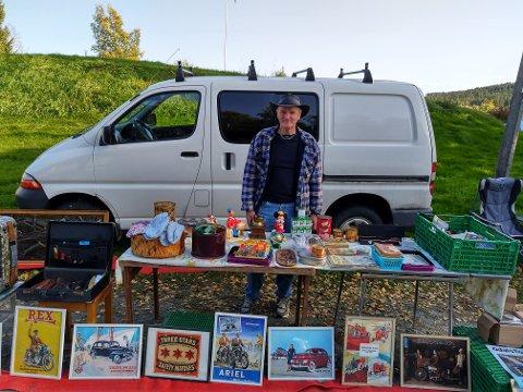 FYLT OPP BILEN: Frank Fossum fra Oppstad solgte bilder, tegneserier, trekkspill og gammelt militær-utstyr.