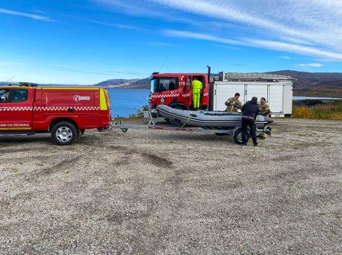 FULL UTRYKKING: Brannvesenet i Porsanger rykket ut med brannbil og lettbåt etter melding om dyr i vannet. Det viste seg å være helt ufarlig, og brannvesenet returnerte eter å ha konstatert at det var Steinkobbe og ikke elg som lå i vannet.