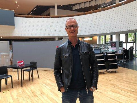 "Johan Osuldsen gleder seg til premiere og forestillinger i hans egenskrevne musikal ""Til Dig"" på Kongsvinger bibliotek."