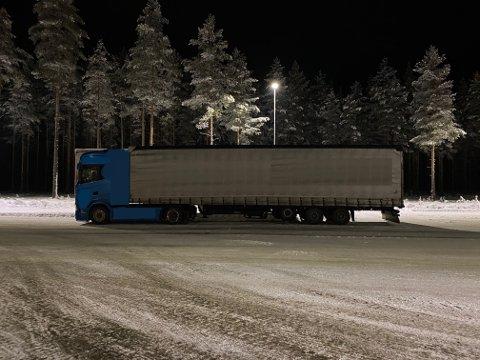 Her står lastebilen i påvente av ny fører. Sjåføren ble anmeldt og fikk ikke kjøre videre.