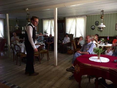HAN TOK HELE ROMMET: Da instagrampoeten Aleksander Breiby Herseth leste egne tekster og dikt i «Storstuggutime» under «Liv i stuene», ble det helt stille. Strofene sang i veggen og applausen var rungende etterpå.