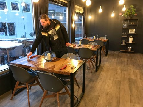 – MÅTTE BLI SLIK: Kjøkkensjef Nikolai Bergroth savnet matlaging og blide gjester under ukene med skjenkestopp og stengte dører. Nå er restauranten konkurs.