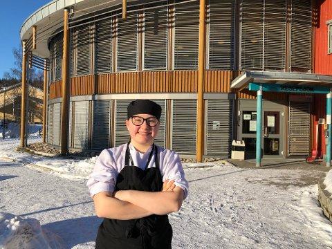 Silje Haugen (19) foran polithøgskolens senter på Sæter. Her er hun lærling på kjøkkenet, og lager mat og serverer politifolk.