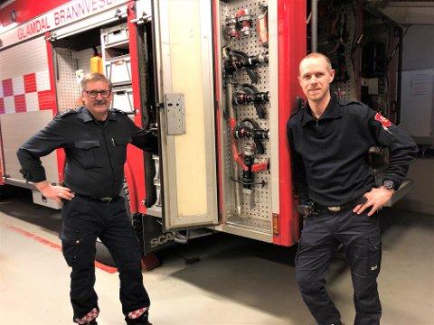 Vaktlaget på Kongsvinger brannstasjon denne helga: Max Gylterud og Tommy Jonassen. De har hatt lite å gjøre, men har observert at det har vært bilbranner i nabodistriktet i kulda, og kommer med anbefalinger.