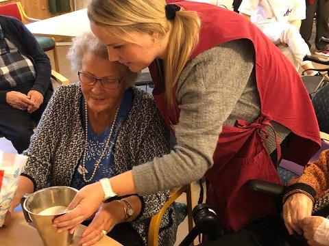 GAMLE KUNSTER: Torbjørg Olsen måler opp sukker, og husker godt hvordan hun baker ei sjokoladekake. Mari Rendalen hjelper til, og sørger for aktiviteter ved Helsetunet.