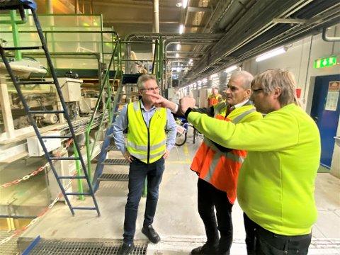 GLEDE: Påtroppende statsminister Jonas Gahr Støre blir vist rundt på Forestias anlegg på Braskereidfoss, her sammen med administrerende direktør Terje Sagbakken (til venstre) og fabrikksjef Espen Svenneby.