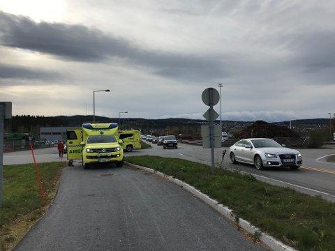 NØDETATER: Politi, brann og ambulanser rykket ut til ulykken.