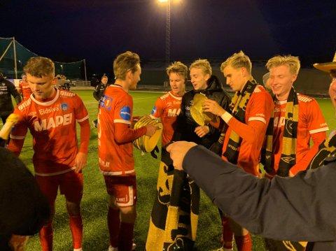 Etter at opprykket ble sikret i Tromsø, ble det delt ut gullhatter til spillerne. KIL er tilbake i OBOS-ligaen!