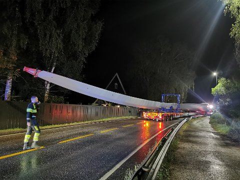 STOR: Rundt svingen ved Skarnes er det små marginer for å komme rundt med den 72 meter lange vindmølle-vingen.