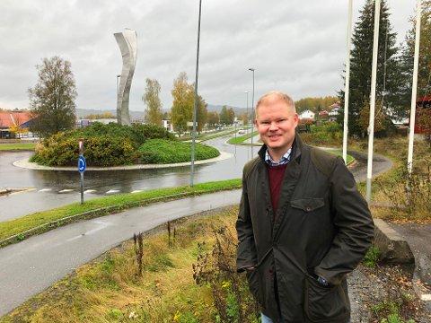 PÅ TILBUDSSIDEN: Karl Erik Rimfeldt foreslår å flytte kunsten på Langeland til rundkjøringa på E16.