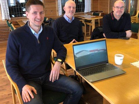 REALISERES: Rune Skasberg, Nils Vanebo og Gjermund Holt har vært sentrale i arbeidet for en ny fotballhall/flerbrukshall på Kirkenær. Gjermund Holt forteller at utsettelsen av saken i idrettslaget, ikke vil medføre at prosjektet stopper opp.