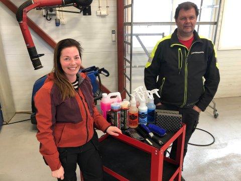BILPLEIE: Eirin Fjeldseth er ansatt hos Grue Bygdeservice SA for å drive Bilpleien. Finn Roar Krav, daglig leder i bedriften, er glad for at bedriften skaper arbeidsplasser.