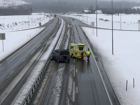 I AUTOVERNET: En bilfører har vært uheldig og havnet i autovernet ved avkjøringen til Odals Verk-vegen.