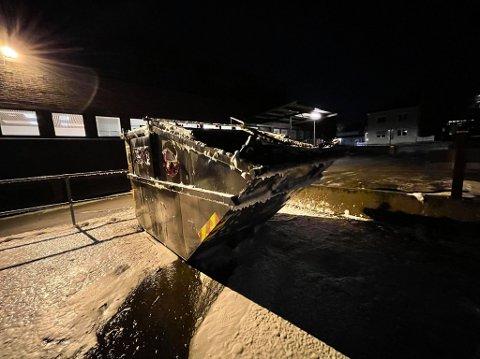 Det var i denne containeren i Storgata i Kongsvinger at det begynte å brenne onsdag kveld.