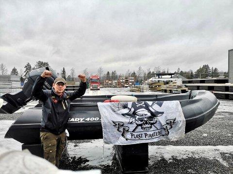"""Robert Tollefsen er Plastpiratenes mann i vårt distrikt. Nå har miljøforkjemperen fått både båt og motor, så gjengen er bedre rustet til å nå målet om """"Storsjøen plastfri 2024""""."""