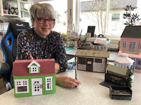 KREATIV: Ragnhild Salo er kreativ, hobbyrommet er flittig brukt og nå åpner hun Ragnhild`s atelier på Namnå.