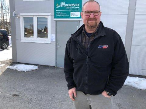 """BYGDESERVICE: Andreas Sorknes i """"Male-og Fliseproffen AS"""" blir nå en del av Grue Bygdeservice, og han tar med seg en av sine ansatte over dit."""