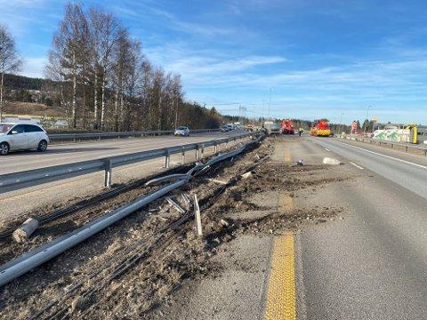 BORTE: Flere meter med autovern og lyktestolper på E6 har blitt kjørt ned.