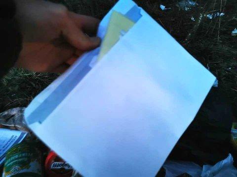 SANNHETENES TIME: Svein Olav Knapperholen truet med å snu denne konvolutten og avsløre miljøsvinet.