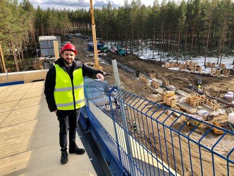 Langt ned - på taket den første fløyen av The Plus er det luftig. Daglig leder og eier Jan Christian Vestre er stolt og glad over at bygget nå tar form, og over mottakelsen de har fått på Magnor.