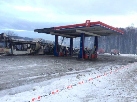 BRANNTOMT: Slik så det ut på branntomta etter at den tidligere bensinstasjonen i Mo ble påtent natt til 5. mars 2018. Nå er den siste av de tre involverte mennene i brannen dømt til fengselsstraff.