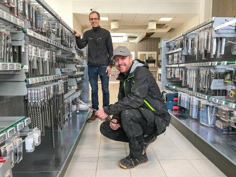 TOK EN TITT PÅ VERKTØYET: Pål Inngjerdingen (foran) var en av de første kundene som kom innom den nye butikken. Daglig leder Ole Knai ønsket velkommen.