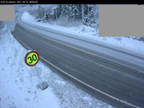 Slik ser det ut langs E16 ved Øyermoen mandag morgen.