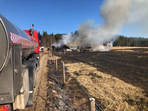 BRANN: Torsdag ettermiddag begynte det å brenne i et ubebodd bolighus på Åsnes Finnskog.
