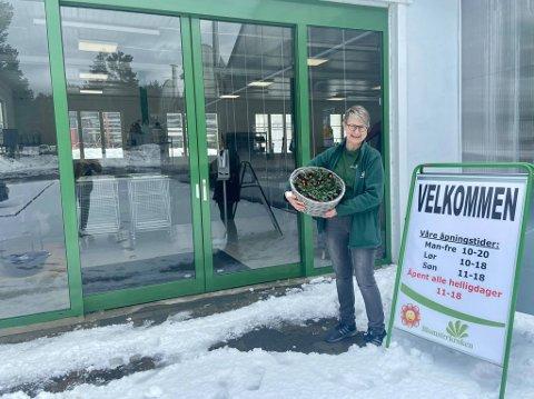 VELKOMMEN: Beate ønsker velkommen til hagesenteret til tross for snøfall.