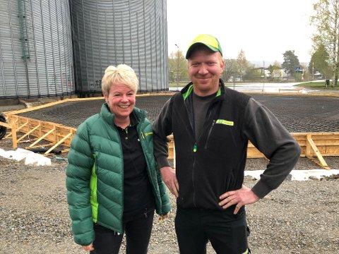 NY SILO: Felleskjøpet investerer i Grue, og nå bygges det ny kornsilo med en kapasitet på 3000 tonn bygg. Butikksjef Monika Sagen og Roger Aasheim på siloen er glad for det ny bygget som reiser seg.