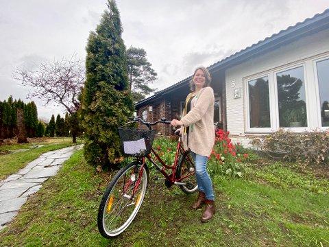 TAPT OG FUNNET: Lene Elisabeth Storengen hadde store planer for sommeren med den nye sykkelen. Da den forsvant fra gårdsplassen i forrige uke, fikk hun seg en hyggelig overraskelse – tro det eller ei.