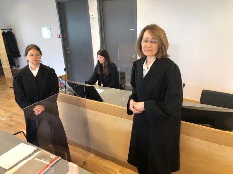 ADVOKATER: Aktor Wigdis Hjalmarsen (t.h.), bistandsadvokat for de to jentene, advokat Siri Brænden, og politiadvokat Marit Welo (bak) under første dag av rettssaken mot den tiltalte læreren. FOTO: SIGMUND FOSSEN
