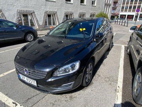 BOT: Ordfører Lillian Skjærvik har sin egen parkering bak rådhuset, som hun bruker hver dag. Torsdag hadde hun imidlertid fått en gul lapp på frontruta.