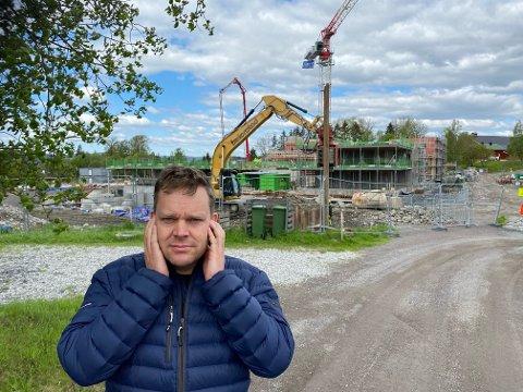 STØYPLAGER: Peter Johan Lie og hans familie på Kjeller har måttet flykte fra huset mens spuntingen på naboeiendommen har pågått.