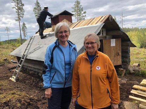 DUGNAD:  Liv Sand Mellem og Ingrid Gjeterud er ivrige dugnadsarbeidere når taket på Brutjernskoia skal repareres.