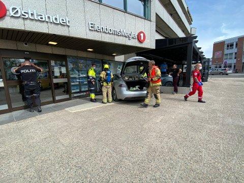 SKADER: Bilen havnet med frontpartiet delvis inne i lokalene i Storgata.